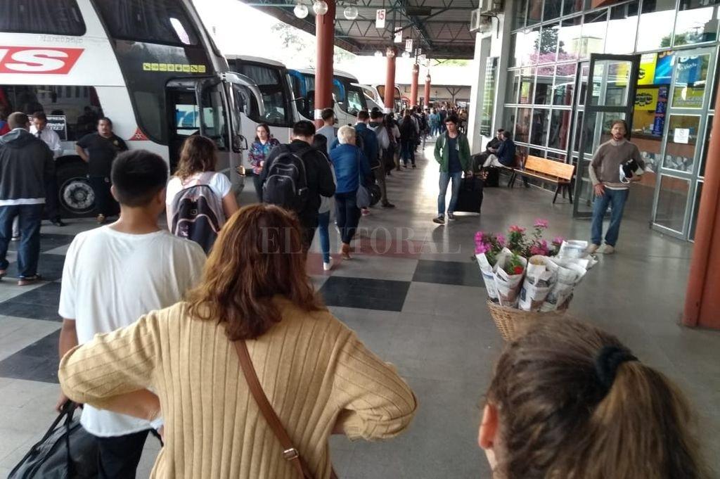 Las filas recorren todas las galerías de la Terminal de Ómnibus de Paraná. Lo mismo ocurre en nuestra en nuestra ciudad. <strong>Foto:</strong> El Diario