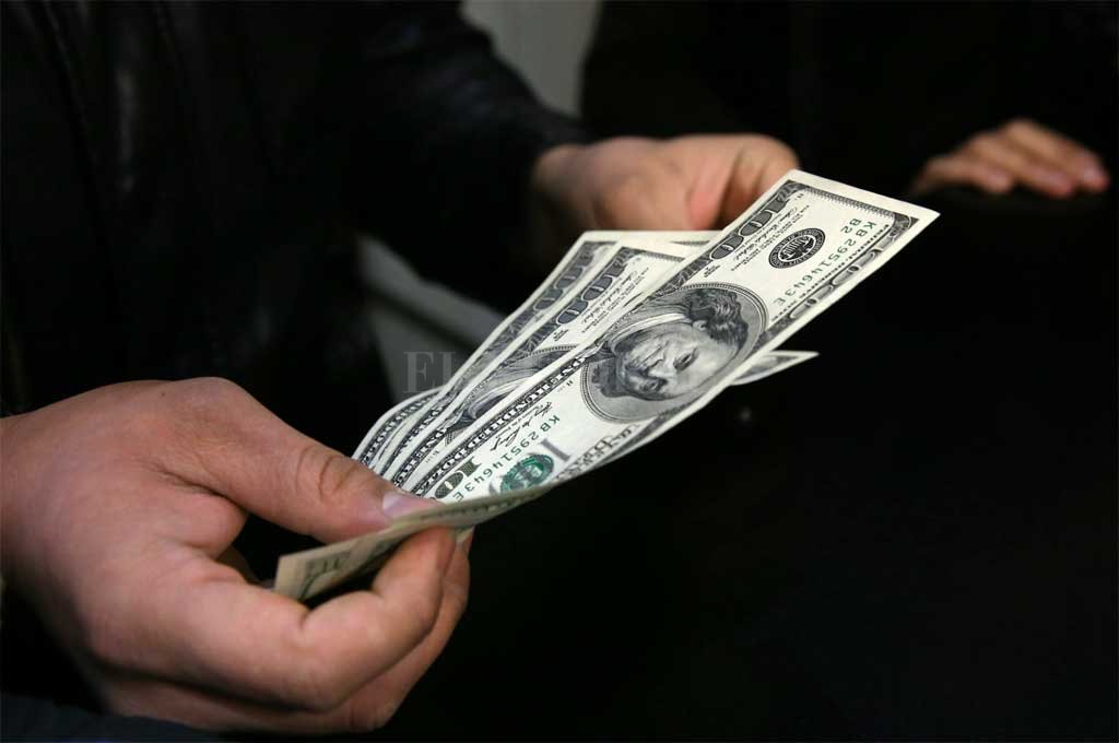 En el debut de las bandas cambiarias, el dólar retrocedió a $40,74
