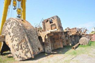 Trozado en partes, retiran un buque hundido en el Puerto de Santa Fe