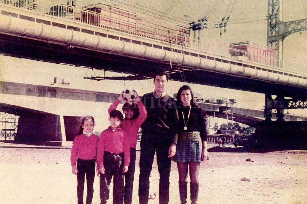 Postal. En agosto de 1970, un año en el que río midió - 0,20 centímetros en el puerto, Roberto Puigjane y su familia llevaron la pelota para jugar debajo del símbolo de la ciudad. Atrás, se ve el Viaducto Oroño en construcción. Crédito: Archivo El Litoral