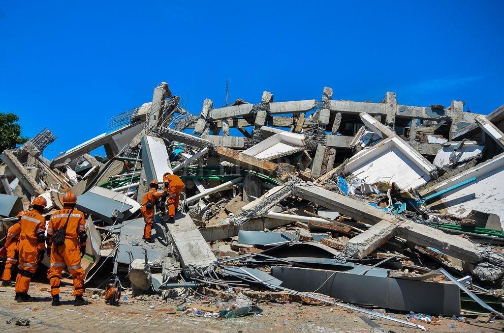 Indonesia, Palu: Bomberos investigan bajo los escombros en busca de víctimas. Crédito: dpa