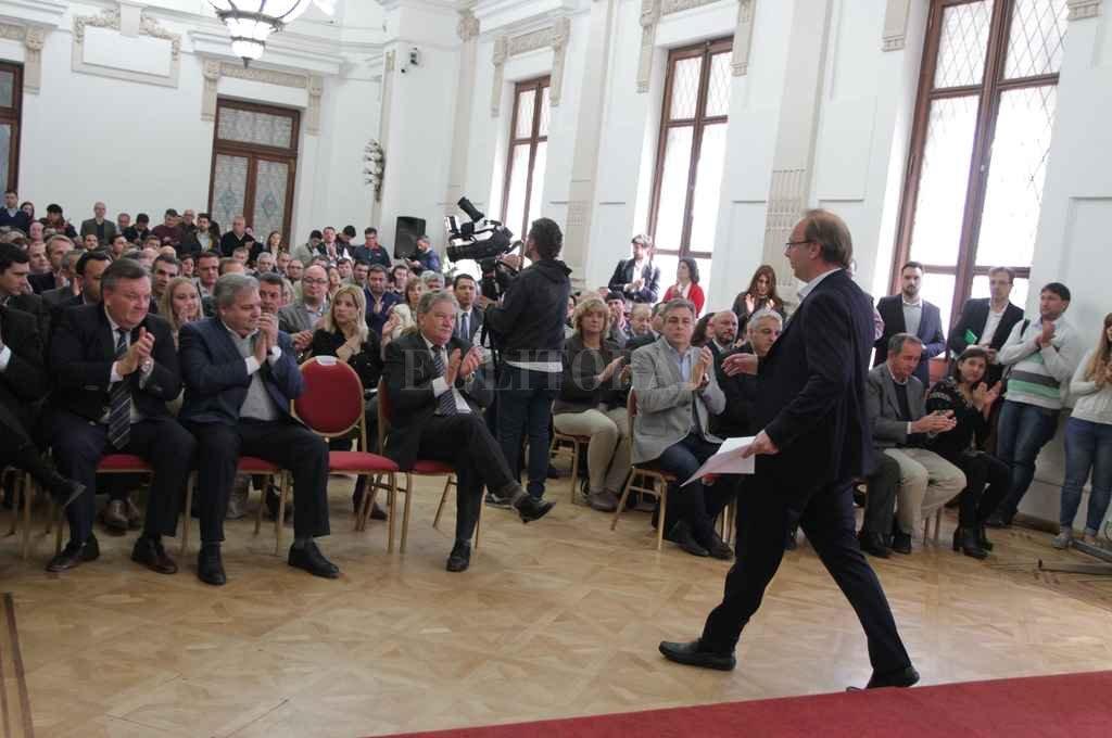 Autoridades provinciales y legisladores participaron de la entrega de los convenios firmados en el marco del programa Equipar. <strong>Foto:</strong> Guillermo Di Salvatore