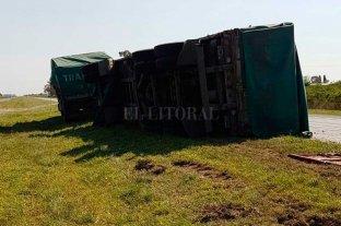 Volcó un camión que llevaba cervezas en la autopista Santa Fe - Rosario