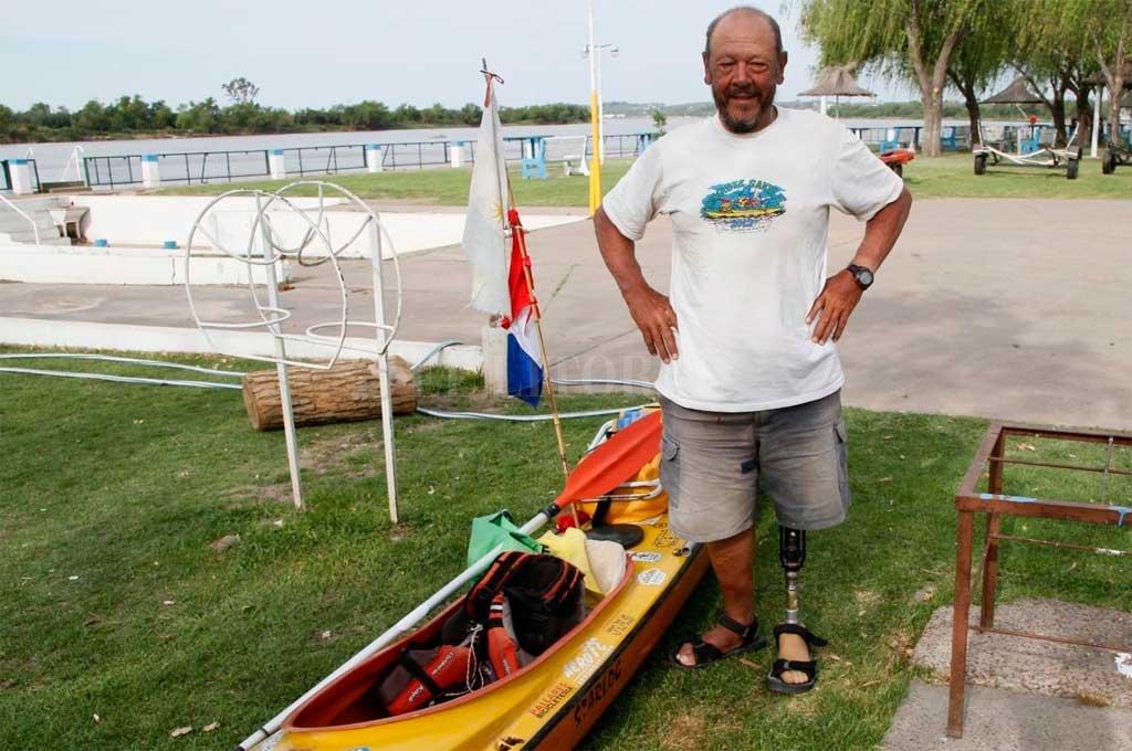 Roberto Patón Luna con su kayak a punto de finalizar su travesía de un mes y medio.  Crédito: Marcelo Miño