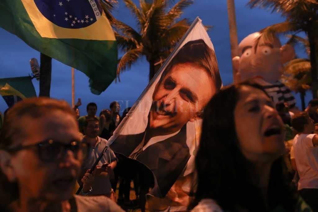 Simpatizantes de Bolsonaro celebran tras conocerse los primeros resultados de las elecciones presidenciales en Brasil. Crédito: DPA