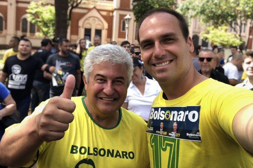 El popular hijo de Jait Bolsonaro, Eduardo Bolsonaro, junto con un astronauta brasileño en una feria el 3 de octubre. <strong>Foto:</strong> Twitter