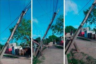 """Un poste """"pende de un hilo"""" en Villa Hipódromo"""