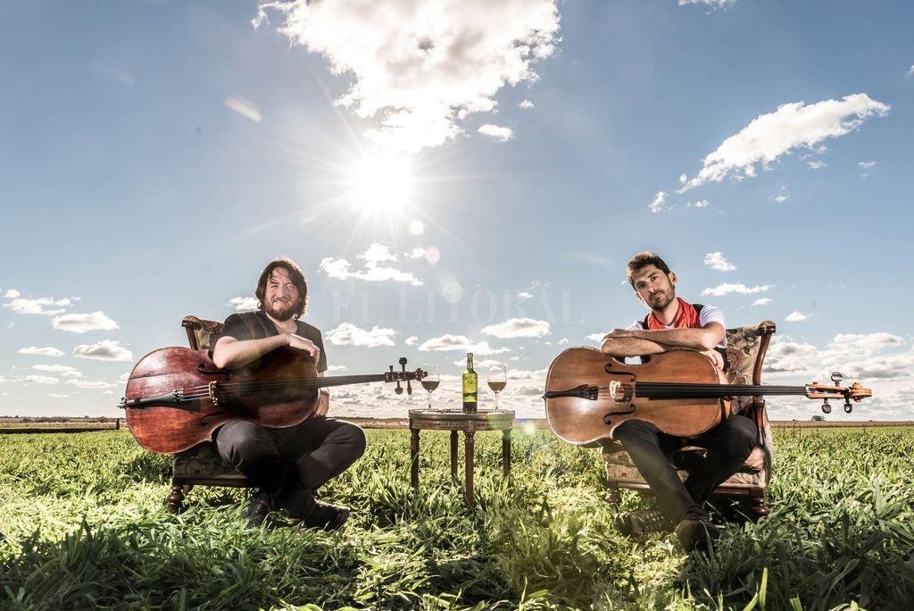 """""""El chelo es un instrumento muy versátil"""", sostienen los integrantes del dúo CheChelos. La propuesta que idearon, de abordar el folclore a través de un instrumento """"académico"""" corrobora esta premisa. <strong>Foto:</strong> Gentileza producción"""