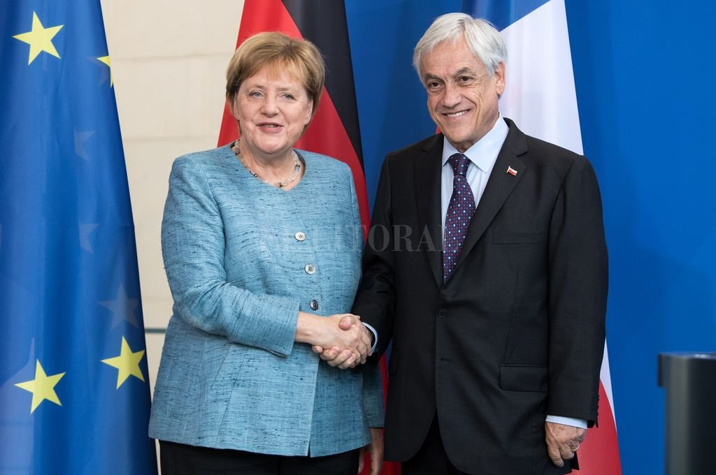 El presidente chileno, Sebastián Piñera, y la canciller alemana, Angela Merkel, se dan la mano tras una rueda de prensa. <strong>Foto:</strong> dpa