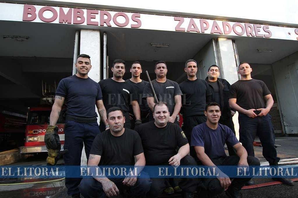 Los bomberos zapadores frente a la sede de la Agrupación -en calle 9 de Julio-. Pablo Aguirre
