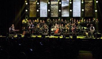"""""""Cerati sinfónico II: la nave vuelve a partir"""" - La formación combina a la banda de rock, músicos orquestales y el coro Ars Nova de Santa Fe. -"""