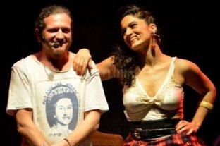 Repensar los grandes temas - Sztajnszrajber junto a Pinto, su compañera arriba y abajo del escenario, quien encabeza la banda de rock que toca en vivo clásicos del rock nacional. -