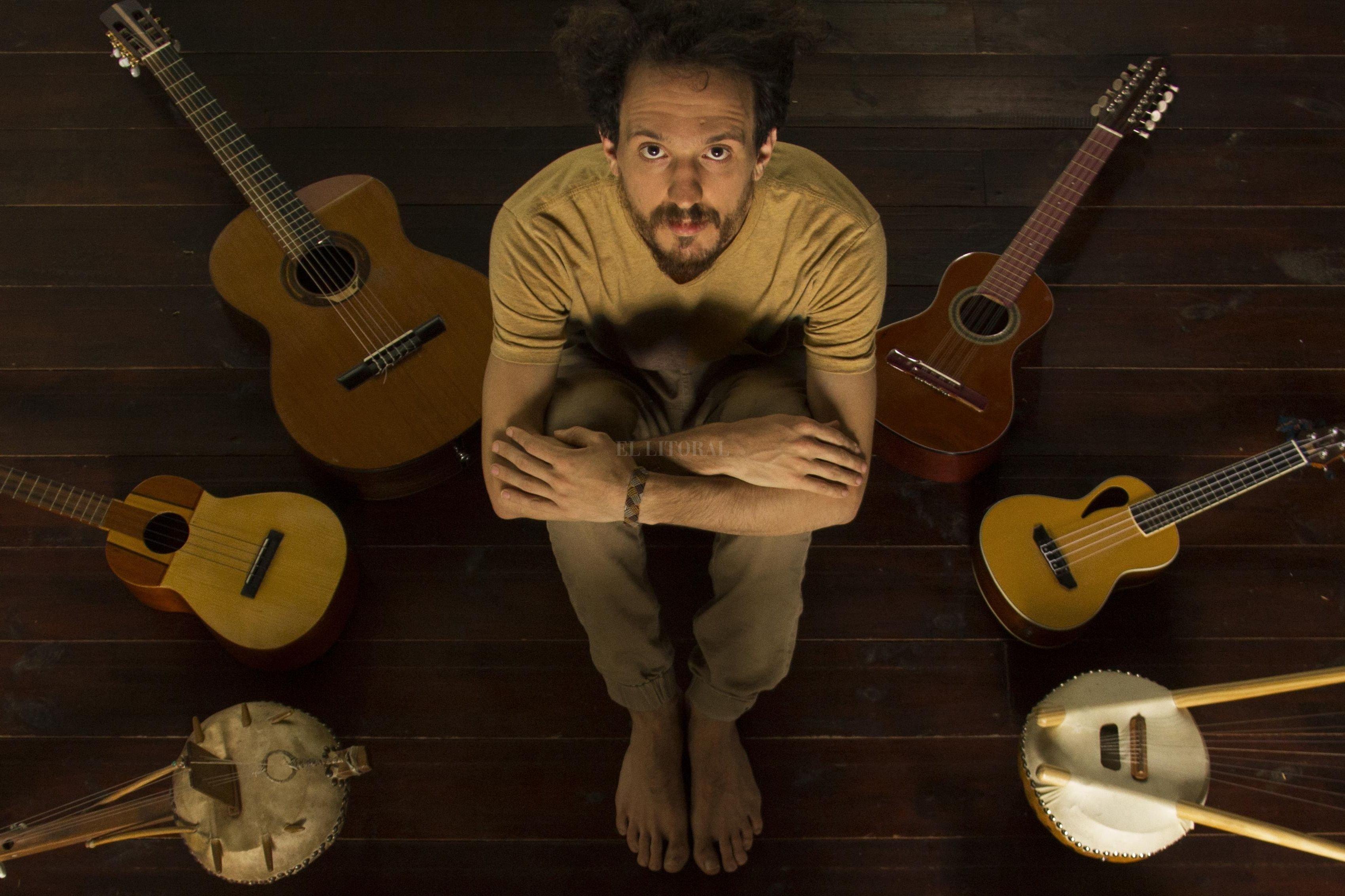 Las canciones de Rodrigo Carazo son atravesadas por distintos ritmos y timbres del mundo, con un claro y profundo concepto en sus líricas. <strong>Foto:</strong> Gentileza producción