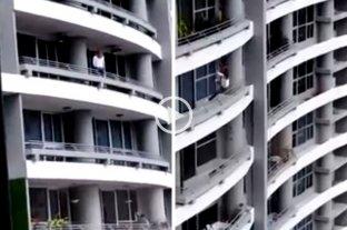 """Se estaba tomando una selfie """"arriesgada"""" y cayó desde el piso 27 -"""