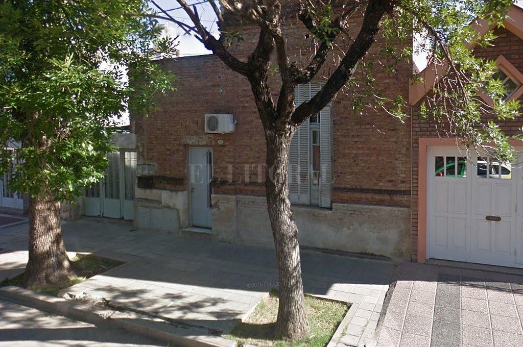 En esa vivienda de calle Larrea al 2100 de la ciudad cordobesa de San Francisco fue hallado el cadáver de una mujer. <strong>Foto:</strong> Captura digital Google Maps Street View