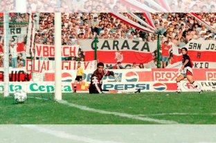 """Cuando Colón y River se """"mataban"""" a goles - Marcelo Saralegui marca uno de los tres goles de su cosecha, en el 5 a 1 inolvidable para el equipo que dirigía Francisco Ferraro. Una actuación descollante de Colón aquella tarde en el Brigadier López. -"""
