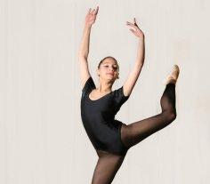 """Un viaje por la danza de distintas épocas - Es muy importante que los bailarines se formen no sólo en danza clásica, que es la base de todas, sino también en el estilo de la danza contemporánea y neoclásica"""", coinciden las creadoras de la Compañía Juvenil de Danza de Santa Fe."""
