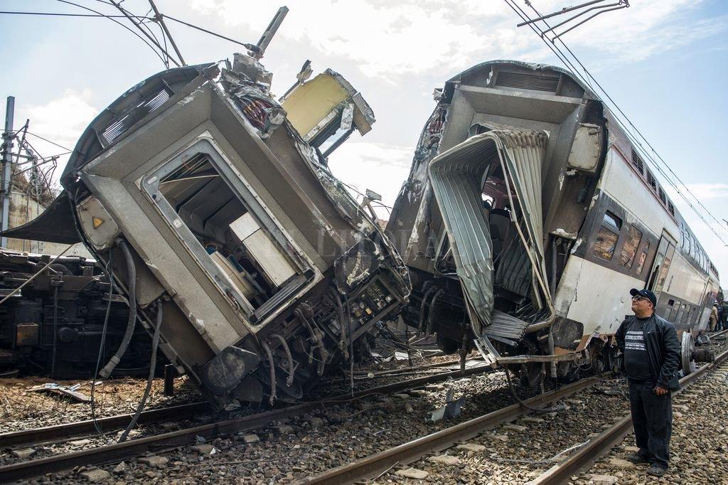 Marruecos: Al menos seis personas murieron y 86 resultaron heridas al descarrilar hoy un tren de pasajeros en la localidad de Buknadel, en Marruecos, informó el director general de la compañía nacional de ferrocarriles (ONCF), Rabie Khlie. Crédito: AFP. Télam.