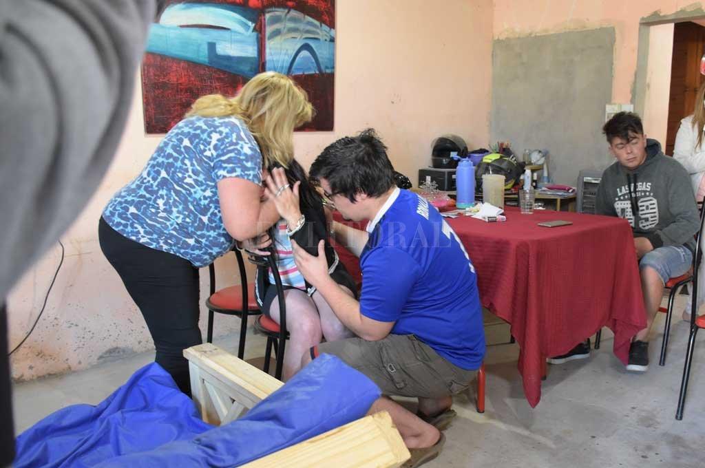 La madre del joven señalado como sospechoso del crimen es consolada por familiares y amigos <strong>Foto:</strong> Flavio Raina