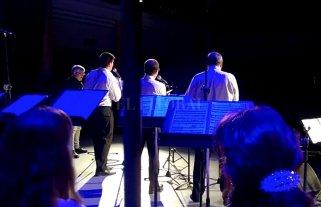 """Una hora por los años locos - Mención especial merece el cuarteto de voces masculinas (Alejandro Molina, Alejandro Zurbriggen, Pablo Travaglino y Roberto Nadalet) y su versión de """"Embraceable you"""". -"""