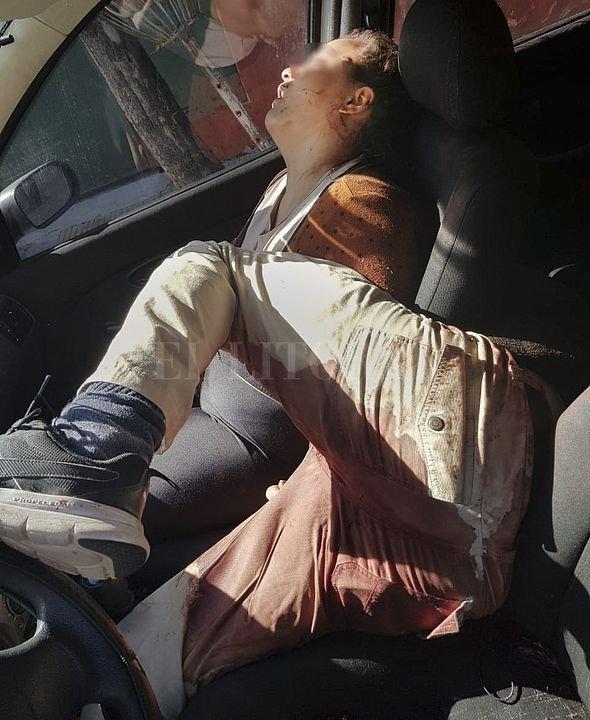 Así fueron halladas las víctimas dentro del vehículo en el que fueron heridas. Crédito: NA