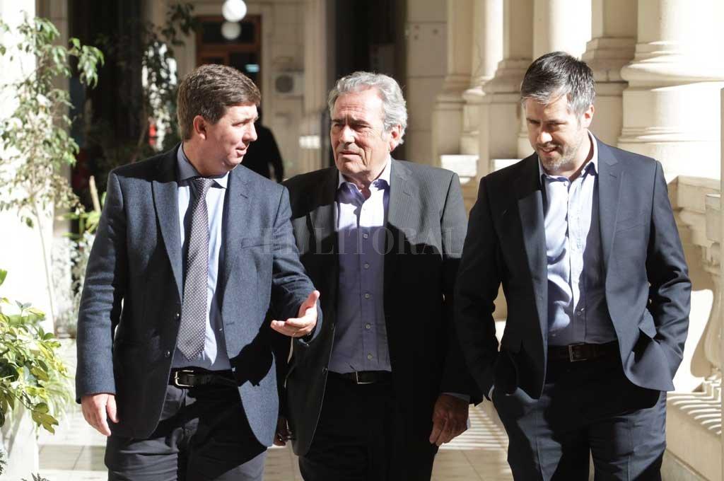 Ricardo Olivera, entre Rubén Pirola y Leandro Busatto, todos integrantes de la conducción del PJ que se reunirán con los intendentes partidarios. <strong>Foto:</strong> Mauricio Garín