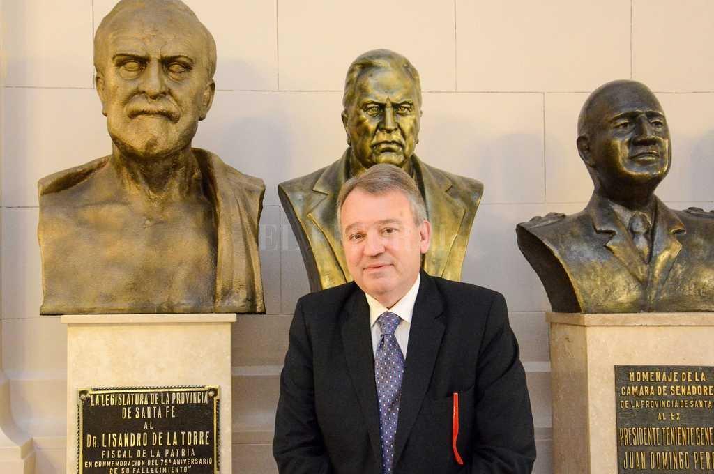 El diputado Gabriel Real junto al bronce de Lisandro de la Torre, en el hall de la Legislatura. <strong>Foto:</strong> Archivo El Litoral