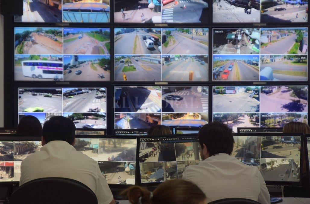 """Implementan el """"Gran Hermano"""" santafesino - Control. Los operadores cuentan con vistas panorámicas de cada lugar clave de la ciudad para mantener bajo vigilancia en tiempo real lo que ocurre. -"""