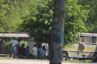 Con colectivos y traffics: llamativo campamento en un parque público