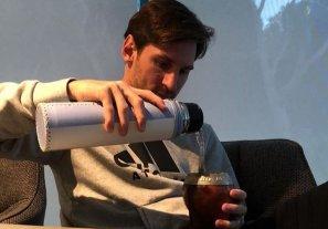 Messi posó con un termo celeste y blanco