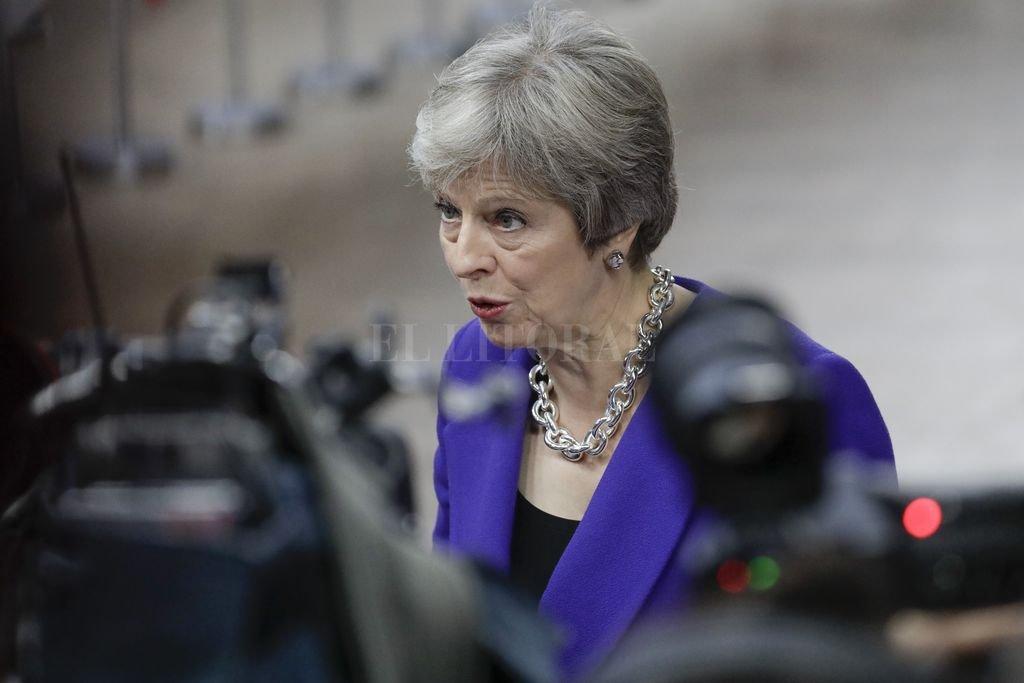 a primera ministra de Reino Unido, Theresa May, habla con los medios a su llegada a la cumbre de jefes de Estado y de gobierno de la Unión Europea. Crédito: dpa