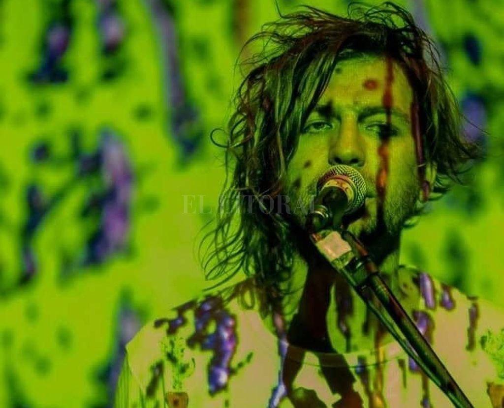 ntervenido: Geller en vivo, bañado por una proyección visual; la banda se afianza en los shows, que incluyen teatro y poesía. Crédito: Gentileza producción