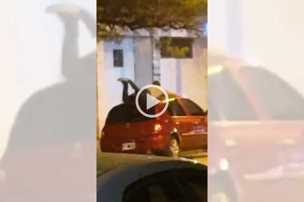 Video: desesperado intento por salvar el auto del granizo