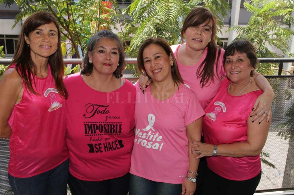 DE REMARLA, A REMAR. Estas cinco mujeres forman parte de una agrupación que encontró en el remo una terapia post tratamiento al cáncer de mama pero también un estilo de vida inigualable. <strong>Foto:</strong> Luis Cetraro