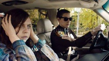Luces y sombras, pasado y futuro - Una sheriff (Liv Tyler) rescata a una chica encerrada por un misterioso hombre (Bel Powley), pero las pesadillas sobre monstruos que comen niños persiguen a la joven. -