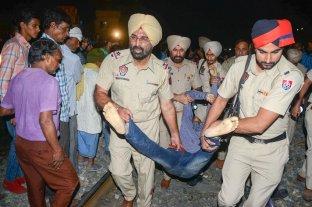 India: un tren embistió una festividad religiosa y dejó al menos 50 muertos