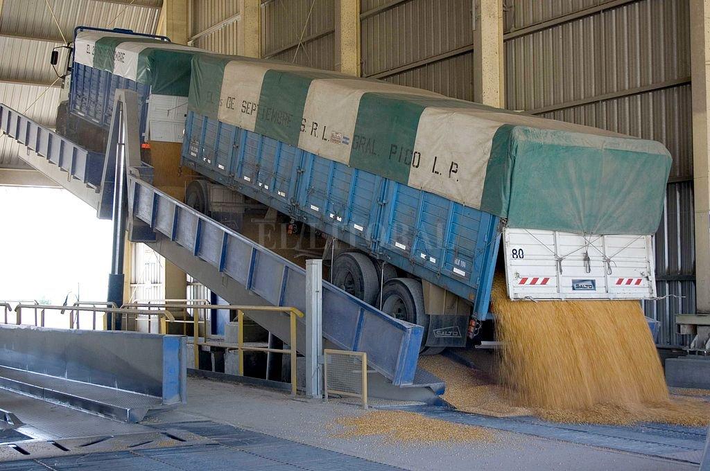 Transportistas de granos anunciaron un paro para el miércoles próximo
