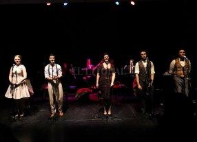 Con espíritu de radioteatro   - El espectáculo es interpretado por actores y cantantes que, junto con una banda en vivo, contarán una historia al ritmo de conocidos boleros. -