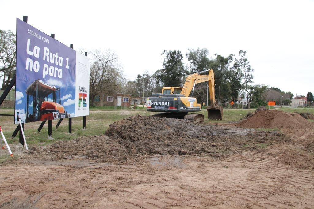 A mediados de julio, comenzó la pavimentación de las colectoras. Esta etapa de la obra incluye la forestación. Crédito: Archivo / Manuel Fabatía