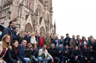 """La Iglesia resaltó que se necesita """"interacción entre Estado y pueblo"""" - Dirigentes del peronismo bonaerense posan con la Basílica de Lujan detrás. -"""