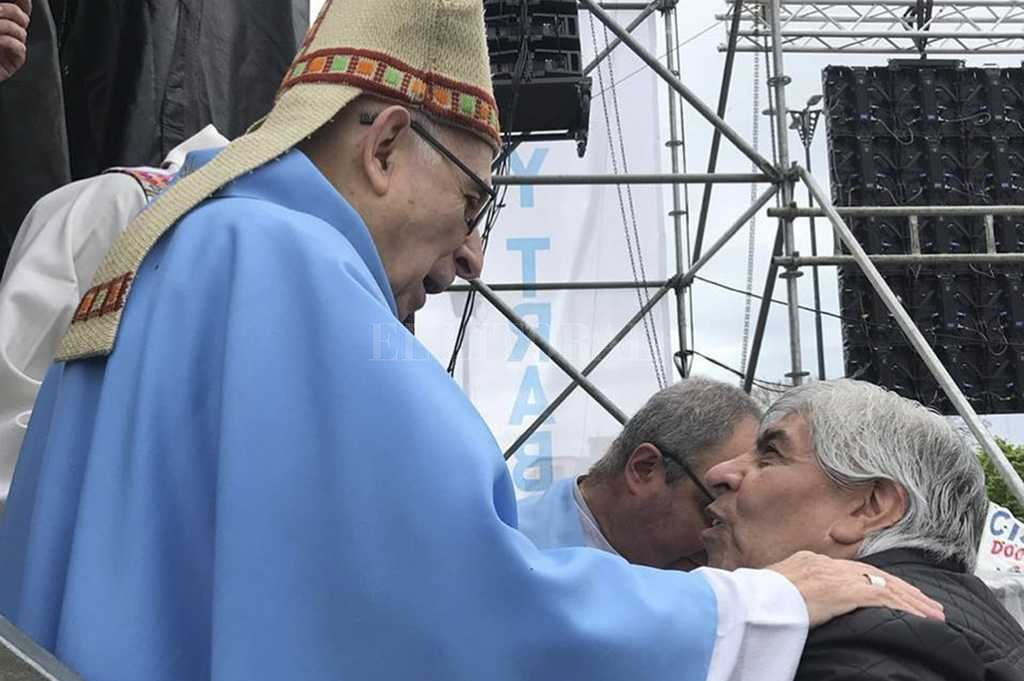 Hugo Moyano saluda al arzobispo Agustín Radrizzani luego de la misa. Crédito: El Litoral