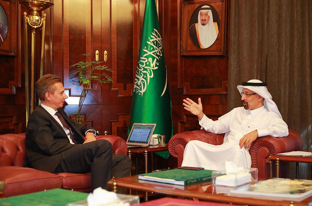 Maxim Filimonov, jefe de redacción de TASS, y Khalid al-Falih, ministro de Energía de Arabia Saudí. Crédito: TASS