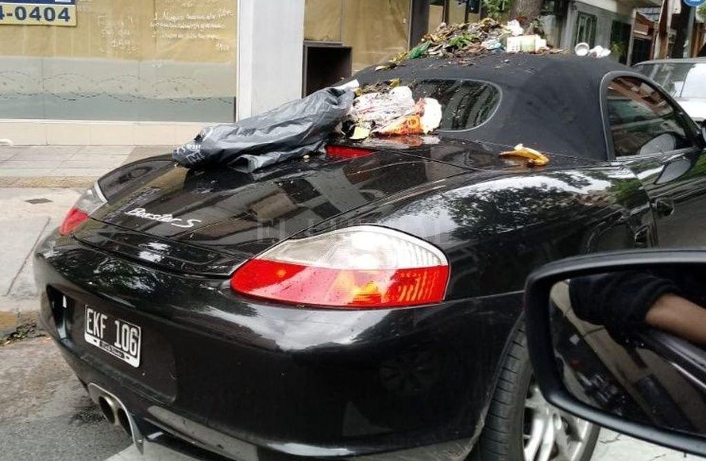 Dejó su Porsche mal estacionado y se lo llenaron de basura — Ciudad