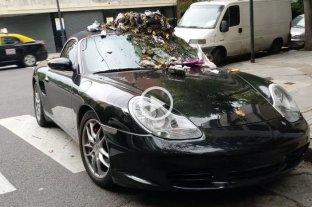 """Dejó su lujoso Porsche estacionado sobre la senda peatonal y los vecinos """"hicieron justicia"""" -  -"""
