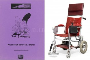"""Subastarán objetos de Stephen Hawking, entre ellos una silla de ruedas y manuscritos - El guión de Los Simpson donde tuvo una """"aparición"""" y una silla de ruedas que perteneció al genio fallecido a los 76 años -"""