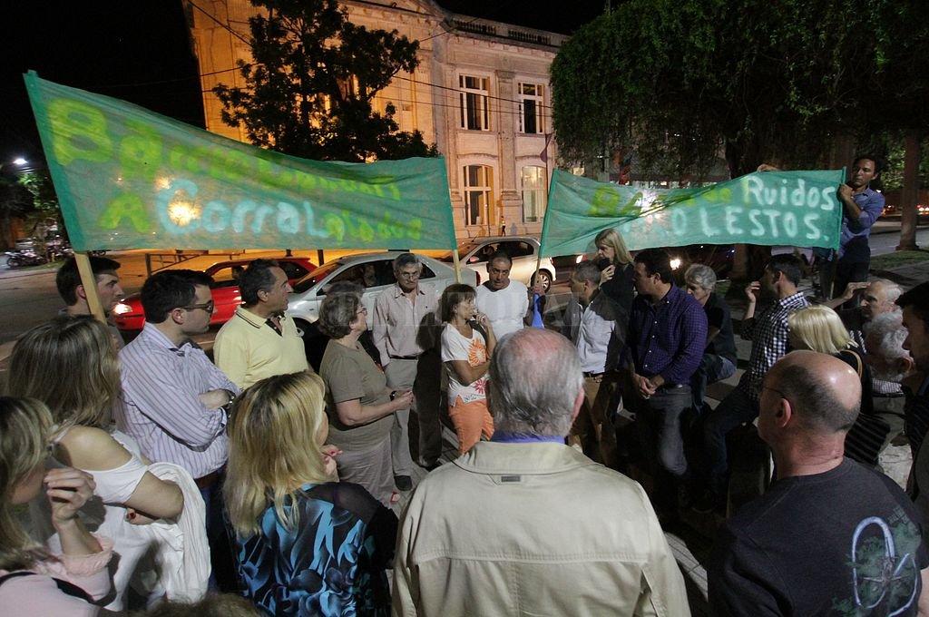 La semana pasada, un grupo de vecinos se congregó en frente a la estación Belgrano para pedir mayores controles ante los ruidos molestos en la zona. Crédito: Manuel Fabatia