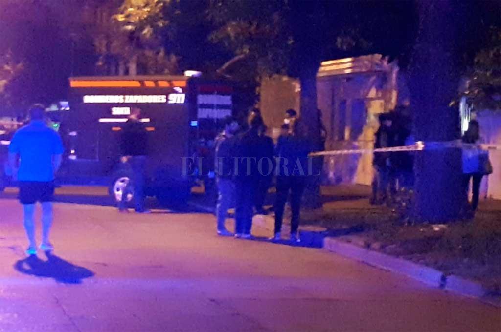 Policía, peritos y bomberos este miércoles a la noche, al momento del hallazgo del matrimonio Crédito:  Danilo Chiapello