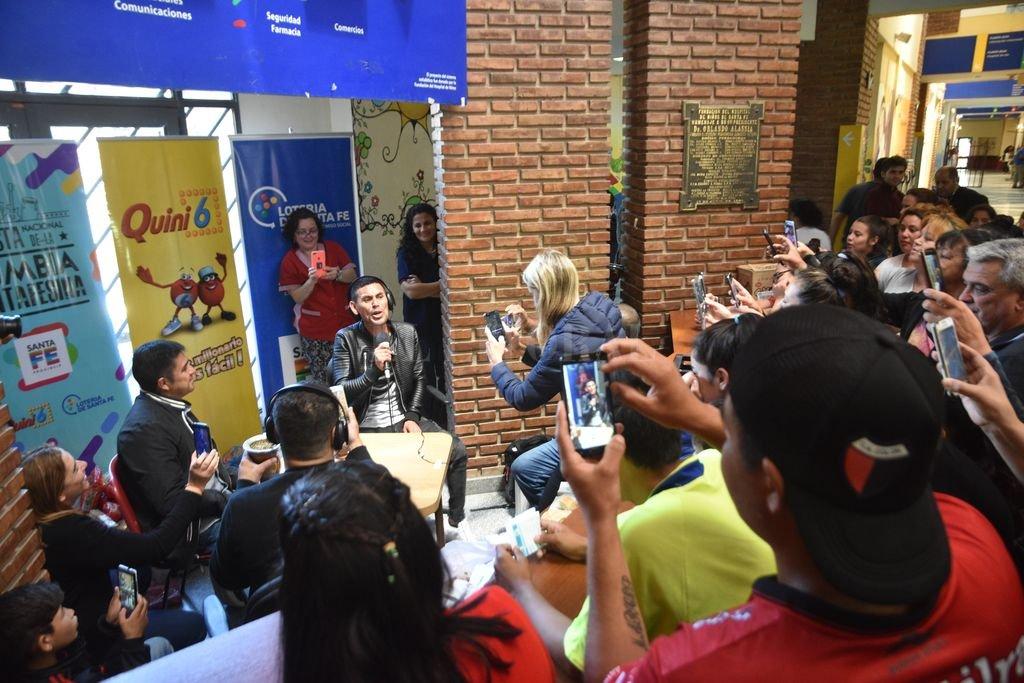 """Juanjo Piedrabuena cantando a capella en el hall del Hospital de Niños, en una transmisión de Juan Manuel Velásquez y su equipo de """"Malas costumbres"""". <strong>Foto:</strong> Flavio Raina"""