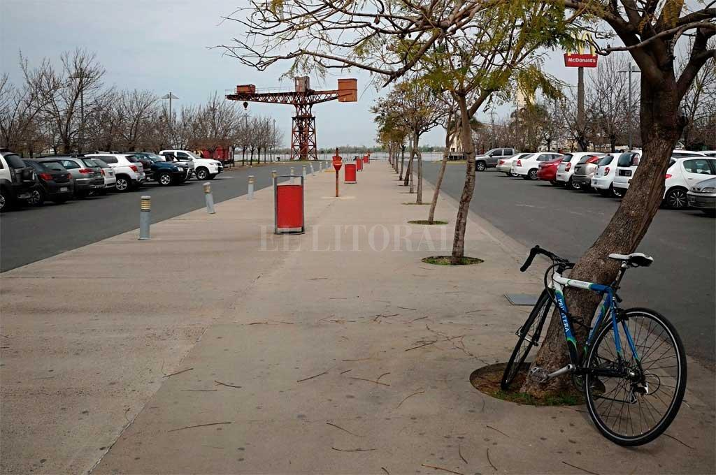 """El lugar apuntado. El cantero central de la cabecera sur del Dique 1 está completamente en desuso <strong>Foto:</strong> Gentileza """"Proyecto CicloCiudad"""