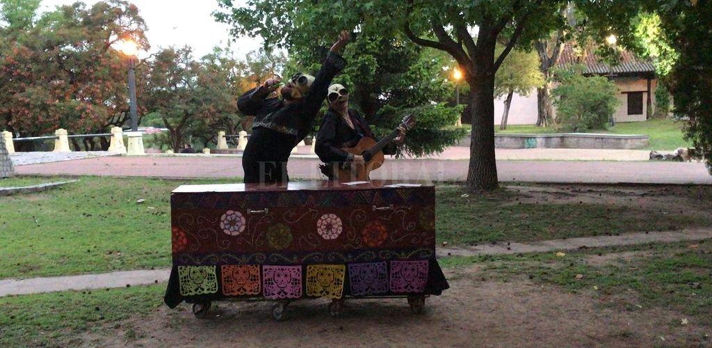 La obra despliega algunos de los personajes típicos de la tradición mexicana vinculada con los difuntos, como los esqueletos y la Catrina.  <strong>Foto:</strong> Gentileza Grupo Máscara Demoño